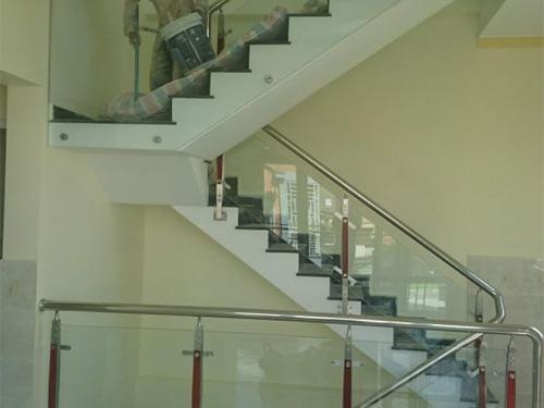 Kính cường lực dùng thiết kế làm cầu thang, lan can